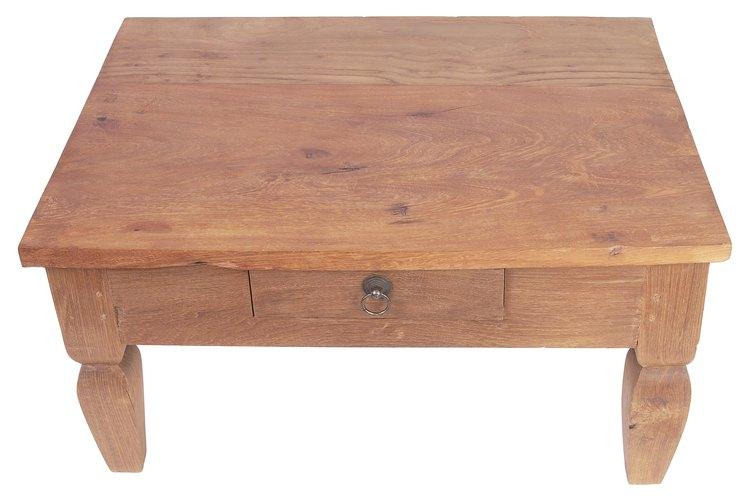 Los acabados de las mesas antiguas pueden llegar a verse opacos y llenos de marcas, lo que requiere una renovación del acabado.