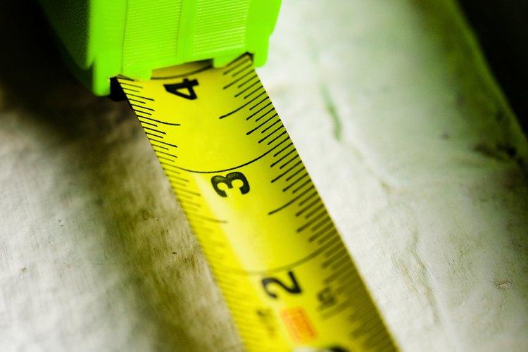 La conversión de metros cuadrados a metros lineales se utiliza para calcular el número de baldosas necesarias para cubrir la longitud de una área determinada.