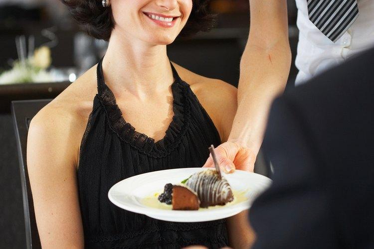 Tocar con los codos a un invitado mientras se sirve comida es un gesto entrometido e innecesario.