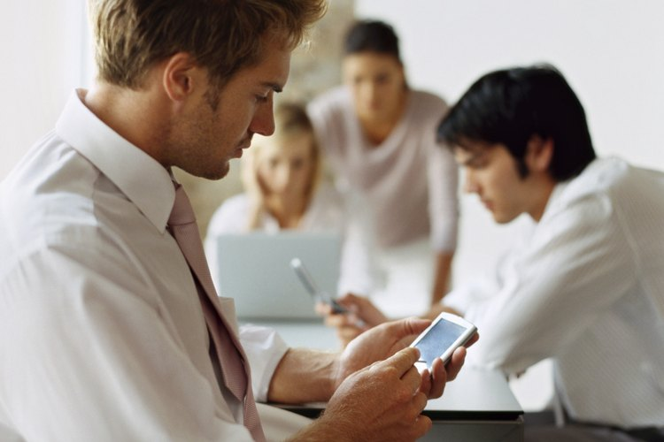 El uso del teléfono celular también ha afectado la manera en que los jóvenes se comunican entre sí.