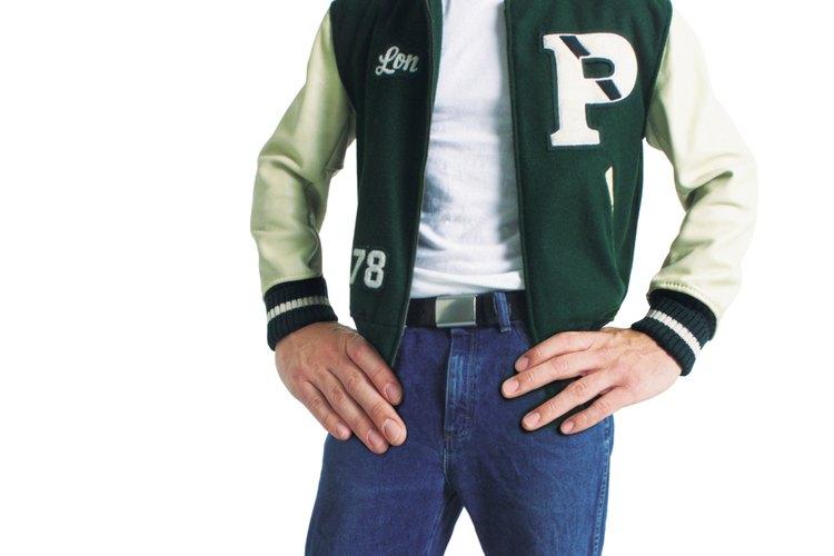 Las mangas de una chaqueta de logros normalmente son de vinilo o piel.