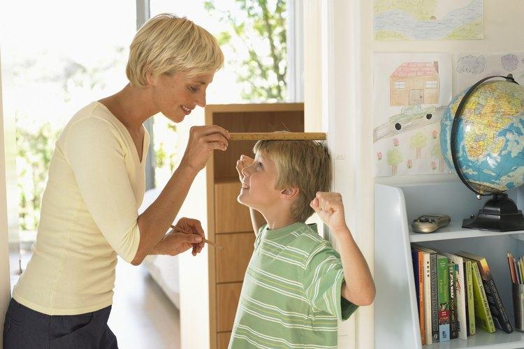 Medir la altura de tu hijo es una manera ideal de conseguir que inicie el aprendizaje de las medidas.