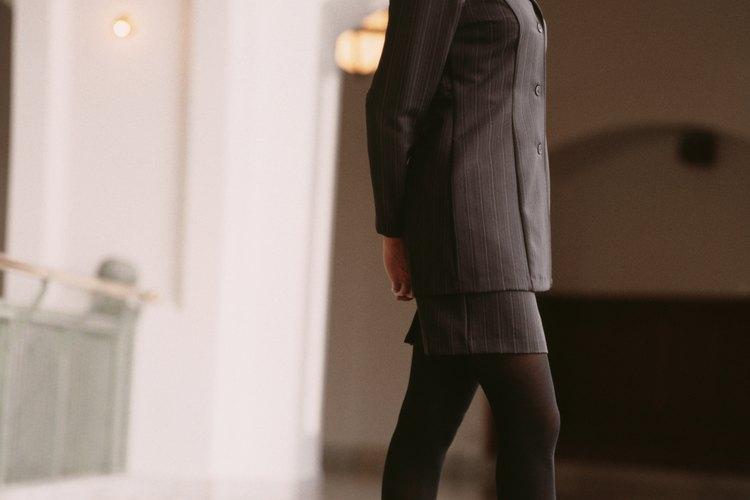 Vestir medias y zapatos que sean exactamente del mismo color puede lograr alargar tus piernas y añadir clase a cualquier conjunto.