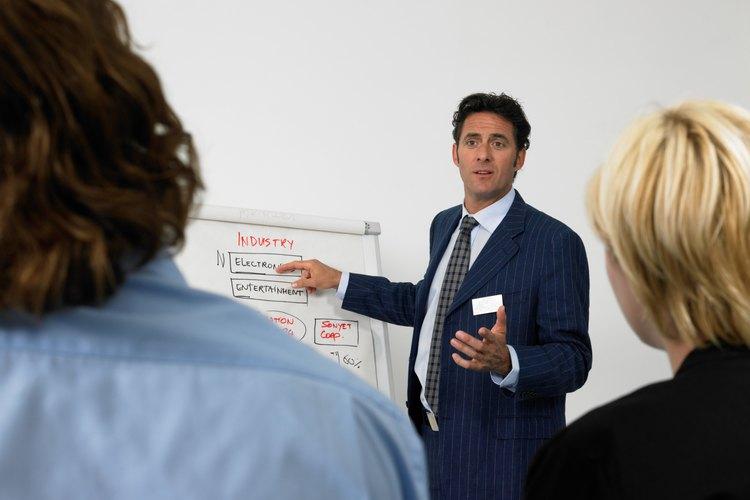 El departamente de Ventas y Mercadotecnia especifica lo que se fabrica y cómo se debe fabricar para que el departamente de Producción haga lo que el cliente necesita.