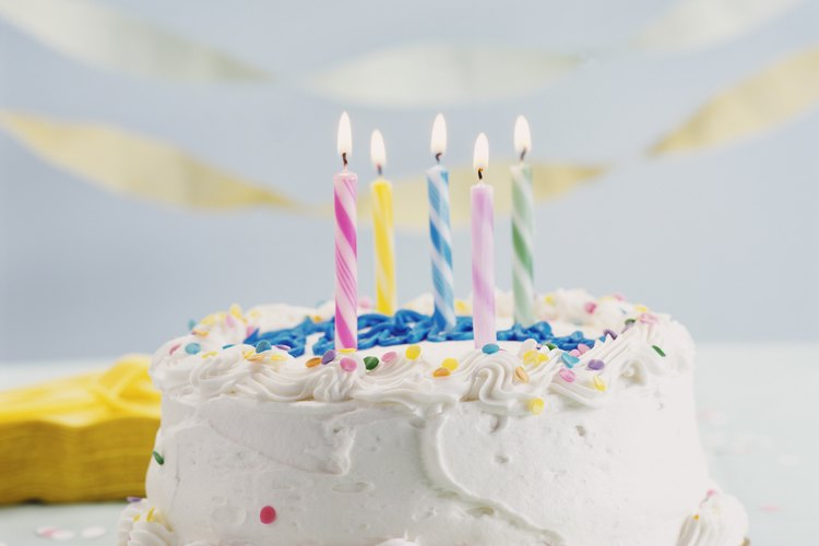 Tómate tu tiempo, y aplica cuidadosamente la decoración a la torta.