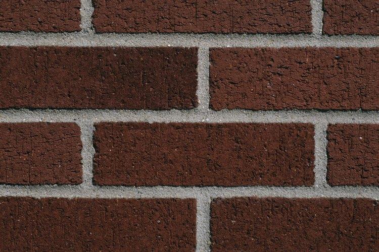 Puedes colocar un anclaje de pared en el mortero entre una hilera de ladrillos.