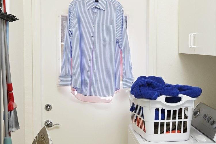 Para reducir las arrugas de tu camisa, alinea los puños con los hombros.
