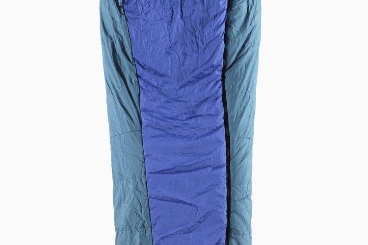 En primer lugar, carga tu saco de dormir en el fondo de tu mochila, ya que no lo necesitarás de inmediato.