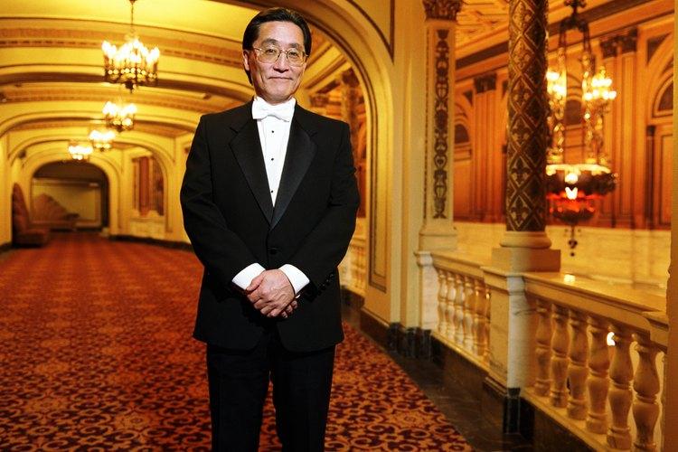 El hombre japonés de corbata negra.
