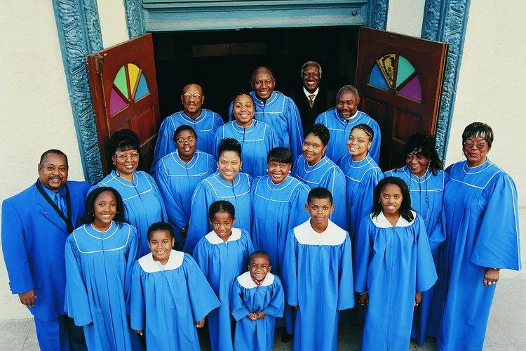 Un coro puede conformarse para interpretar los tradicionales himnos, villancicos y canciones navideñas.