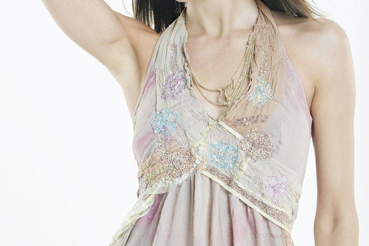 Plancha la parte interior de un vestido de chiffón húmedo para tener mejores resultados.