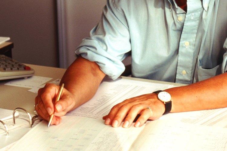 La mayoría de los puestos de contabilidad requiere que las personas tengan un título de licenciatura o una maestría en contabilidad o un campo relacionado.