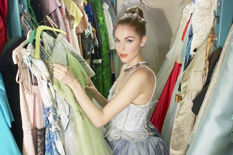 Vayan a una tienda de disfraces para encontrar los elementos esenciales de un traje y los accesorios.