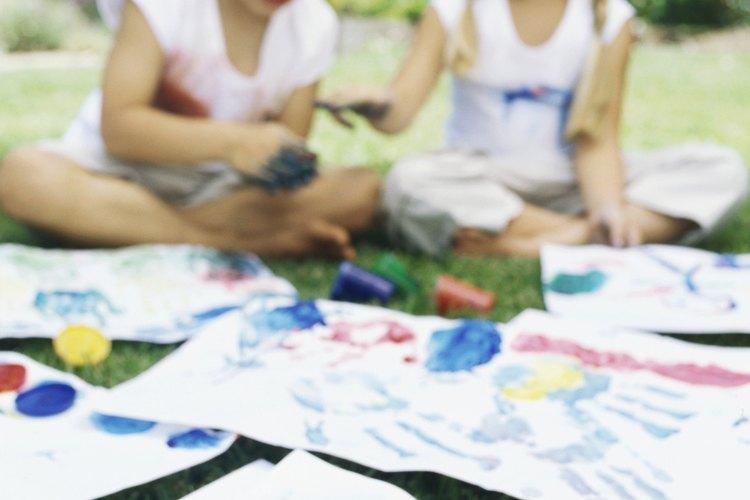 Los niños aman dibujar con crayones.