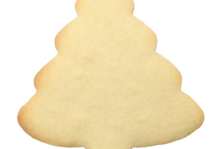 Completa tus galletas de azúcar navideñas con glaseado casero.