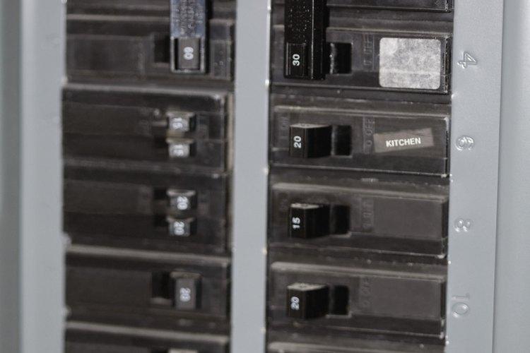 Los interruptores de 220 volts pueden utilizar hasta dos espacios en un panel eléctrico.