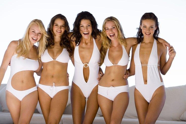 Evita usar patrones muy cargados a la hora de elegir un traje de baño.