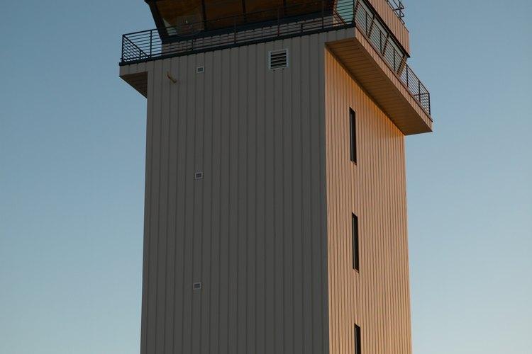 Los operadores de control de tráfico aéreo por lo general trabajan en las altas torres de los aeropuertos.