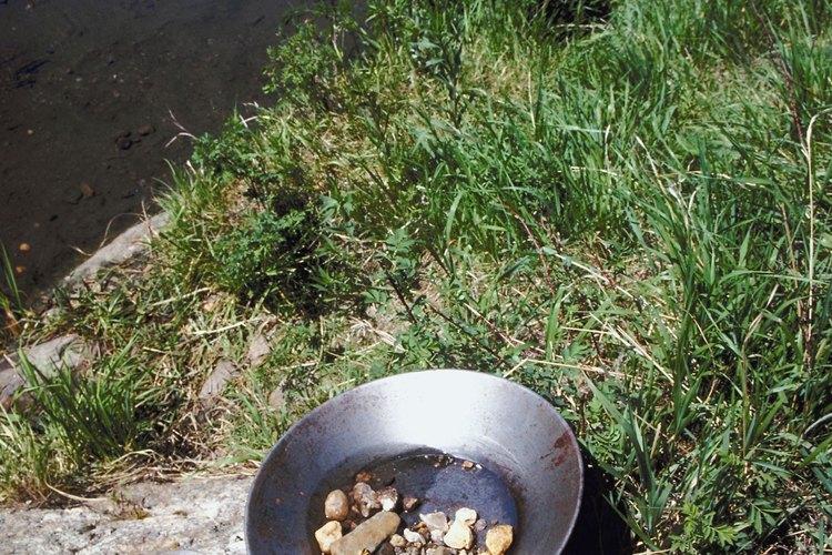 El Yuba River atrae tanto a los nadadores y los buscadores de oro.