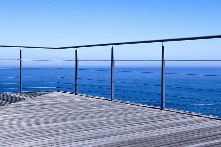 La madera es una buena opción para poner en el suelo de un balcón.
