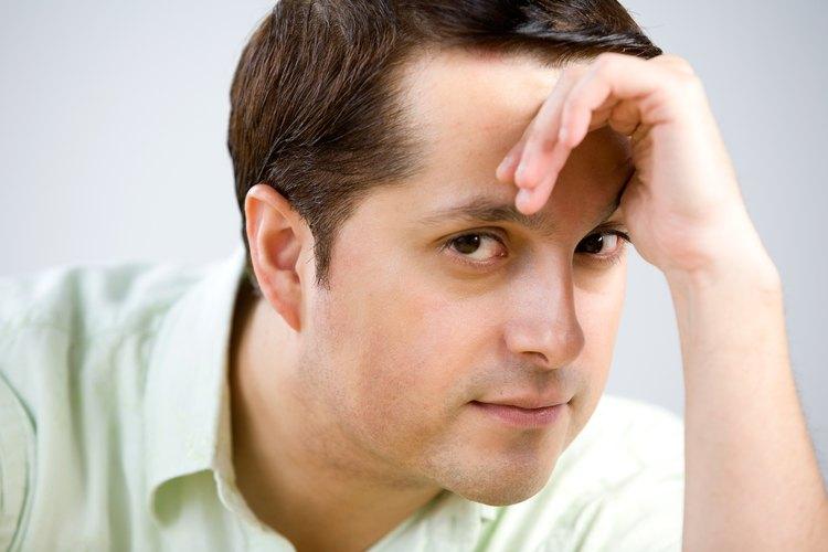 Con un nuevo corte de cabello se pueden ocultar las entradas y la frente prominente.