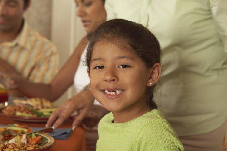 Haz juegos con los niños para reforzar los buenos modales en la mesa.