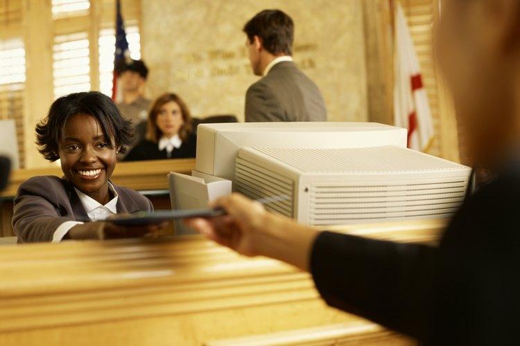 Los archivistas deben guardar los documentos para asegurarse de que mantienen su integridad para su uso futuro.