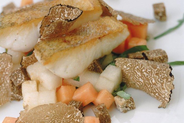 Las trufas se cortan en rodajas finas y se sirven acompañadas de comidas gourmet.