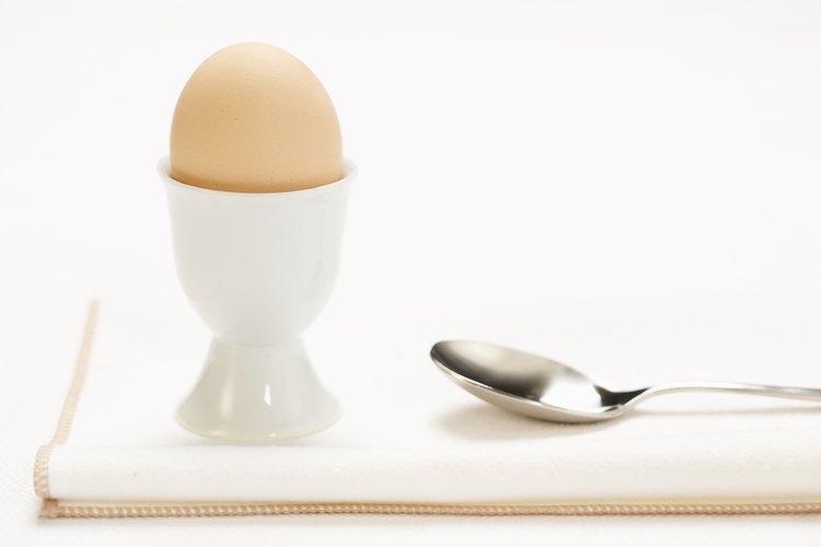 Sé cuidadoso al quitar la cáscara antes de comer el huevo pasado por agua.