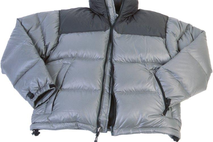 Pretrata tu abrigo manchado de plumón antes de lavarlo.