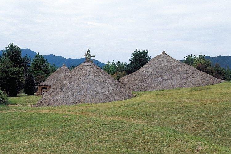 Estas cabañas estan construidas dentro de la tierra con techos de paja.