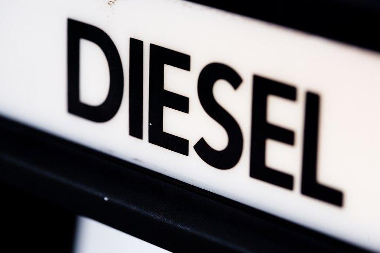 Vierte el combustible diésel en la carcasa del filtro.