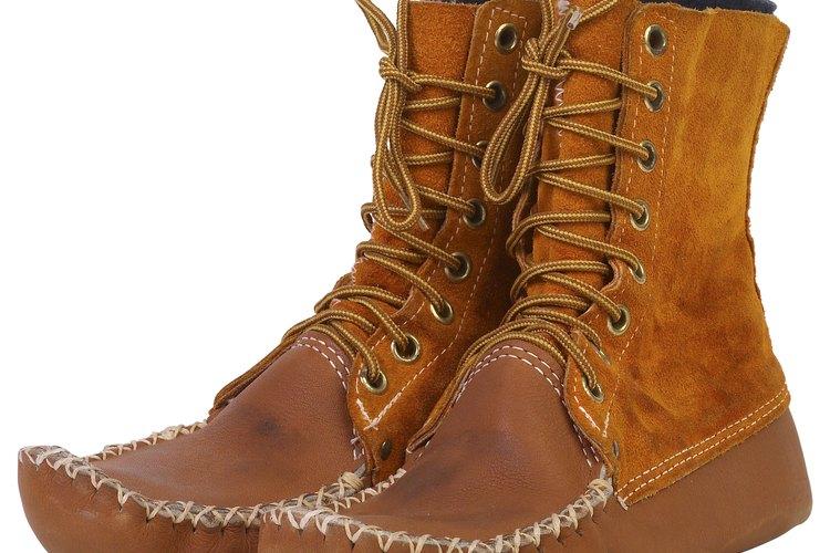 Los mocasines de gamuza se moldean a los pies.