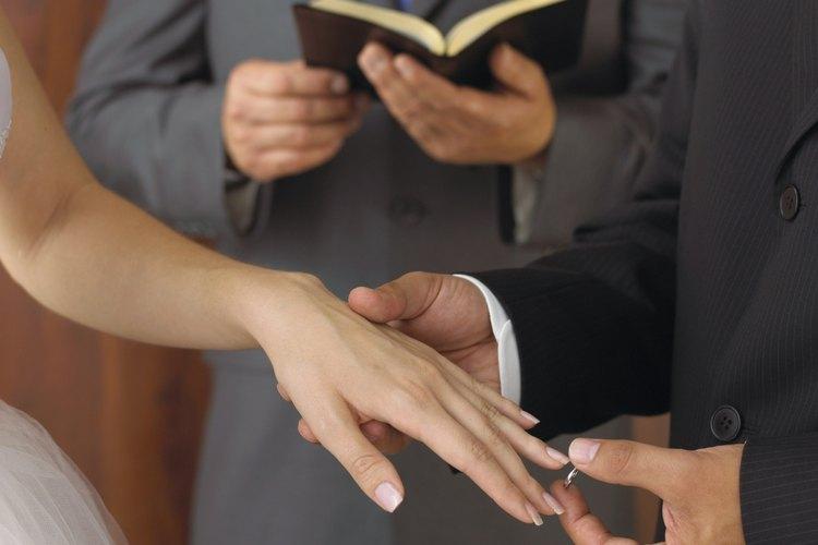 Ministro con la novia y el novio.