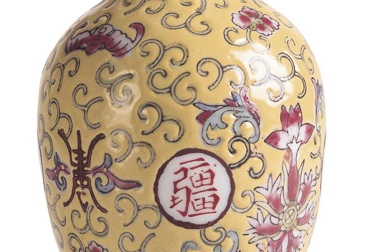 Busca marcas especiales en un jarrón chino que puedan ayudarte a valorarlo.