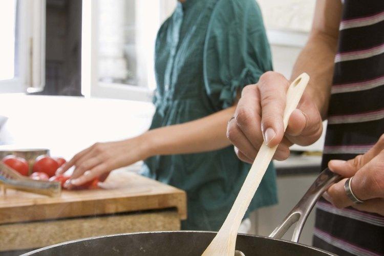 Los sartenes antiadherentes requieren estropajos plásticos para poder limpiarlos.