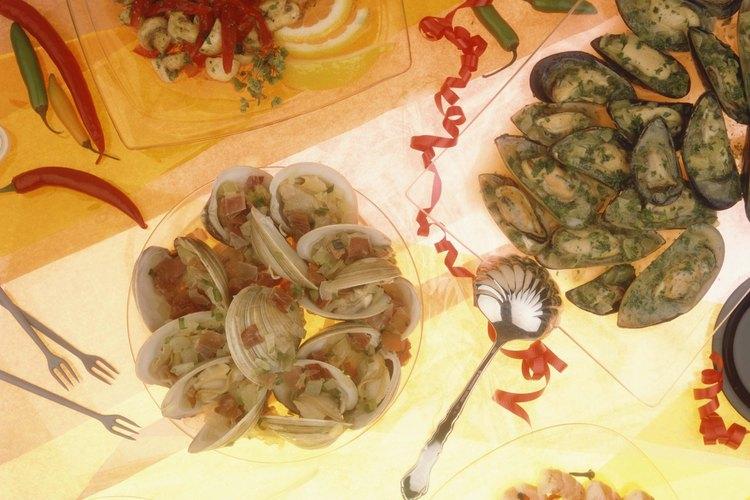 Las tapas pueden tener infinidad de formas y a menudo su ingrediente básico es mediterráneo, como aceitunas y tomates.