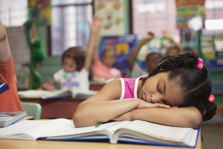 Un niño que se queda dormido durante el día indica que tiene problemas de sueño.