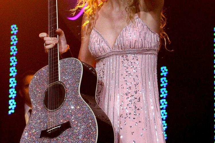 El vestido rosa de brillos de Taylor Swift es divertido.