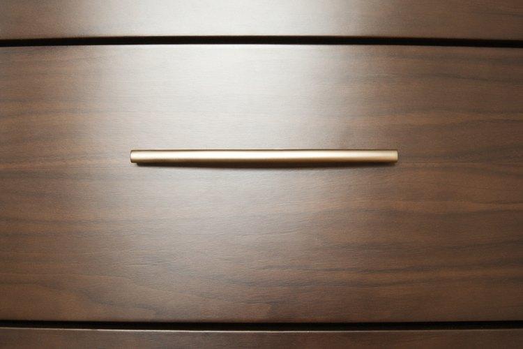 Utiliza cajoneras para acomodar tu guardarropa dejando espacio para el escritorio.
