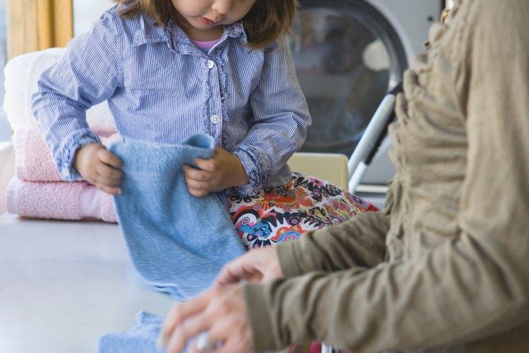 Mezcla un detergente para ropa más sano.