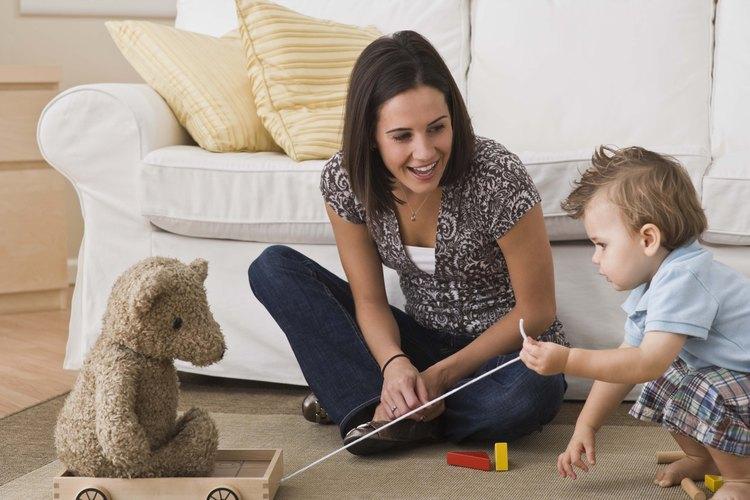 Esconde un juguete debajo de la sábana y actúa sorprendido cuando tu bebé lo encuentre.