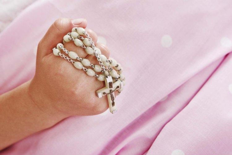 """Un """"rosario"""" es oficialmente una serie de plegarias que hacen los que siguen la religión Católica Romana."""