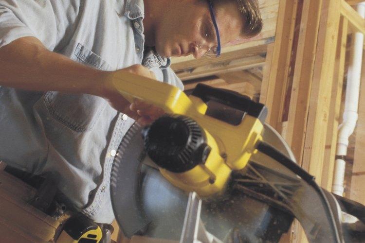 Lo que debes pagar a un maestro carpintero depende en parte del sector.