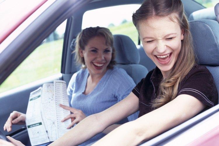 Joven mujer conduciendo un automóvil.