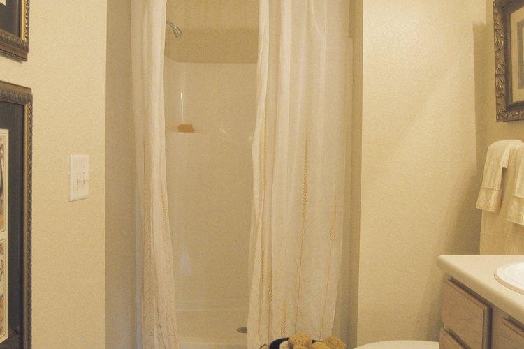 Los hongos pueden crecer rápidamente en las cortinas de ducha.