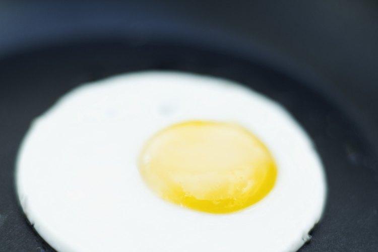 Huevo frito en sartén.