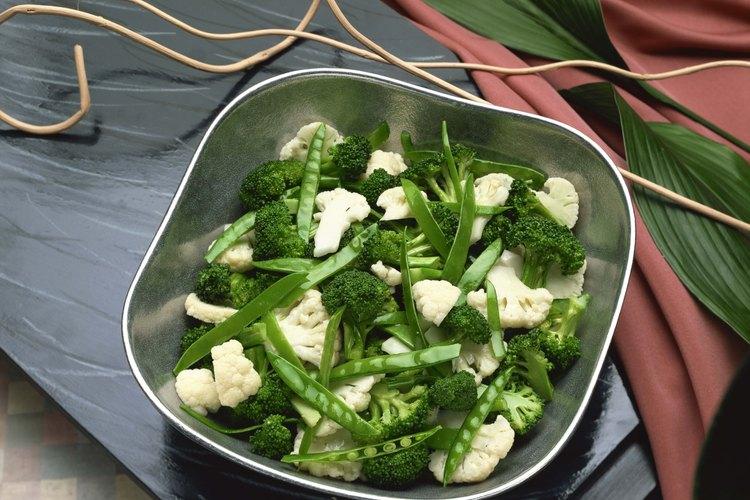 Haz que tu brócoli y coliflor sean más populares con una salsa de queso.