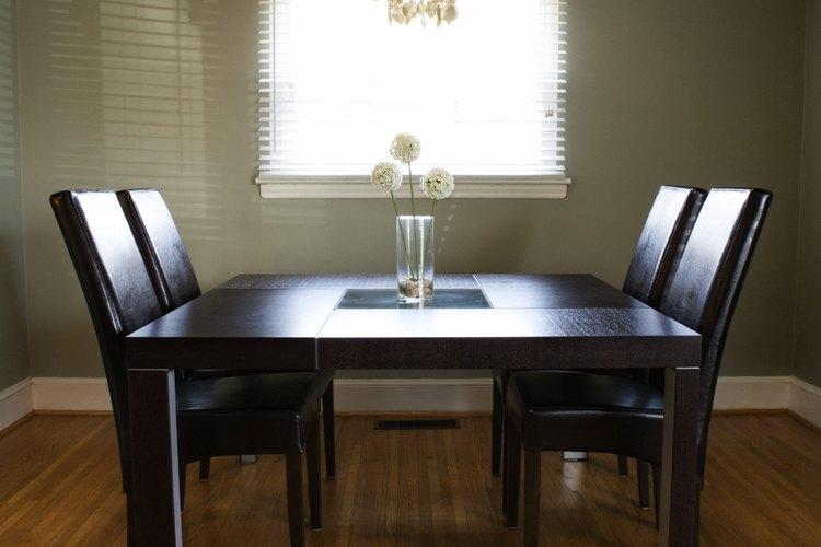 Crear una mesa de comedor moderna de un descubrimiento en una antigua venta de garaje.