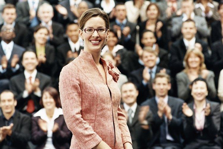 Los líderes regularmente establecen metas estratégicas, conducen el cambio, desarrollan al personal y motivan a los empleados.